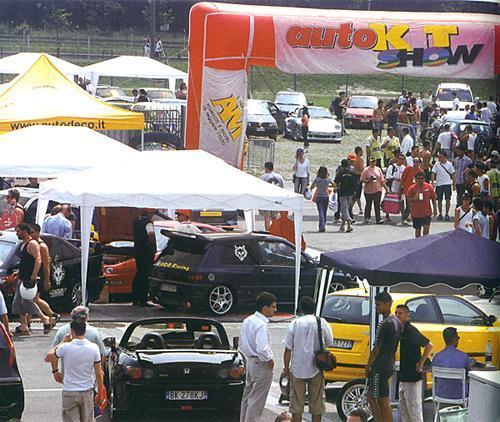 Panoramica dell'Auto Kit Show. Al centro il gazebo di Fara Racing.