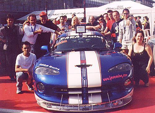 Foto di gruppo intorno alla Viper vincitrice