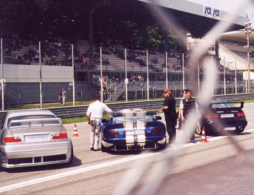 La giuria esamina le auto di Fara Racing